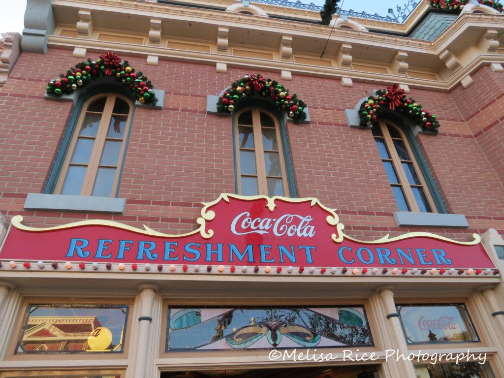 Tips dining in Disneyland on a budget www.lifeinmouseyears.com #lifeinmouseyears #dining #disneydining #disneyland #food