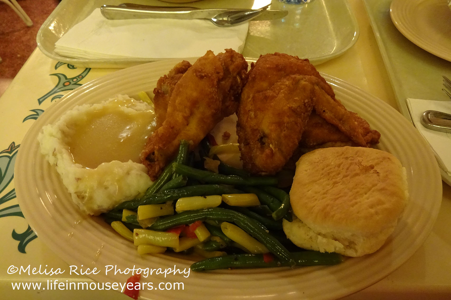 Dining Tips at Plaza Inn in Disneyland www.lifeinmouseyears.com #lifeinmouseyears #plazainn #disneyland #friedchicken
